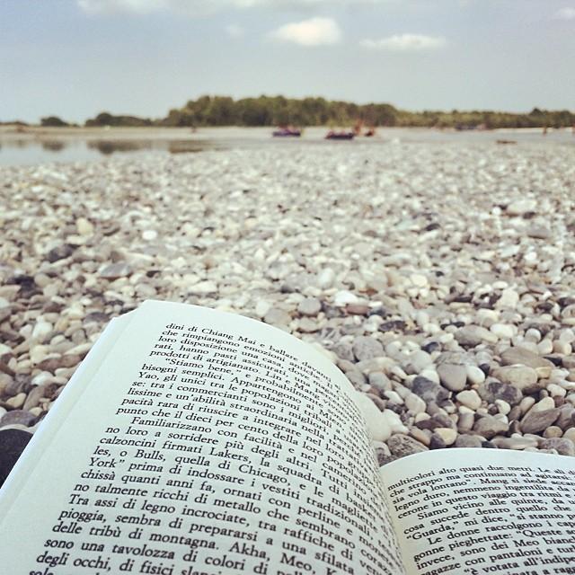L'estate è anche il relax di una domenica sul Tagliamento a leggere un libro e prendere il sole