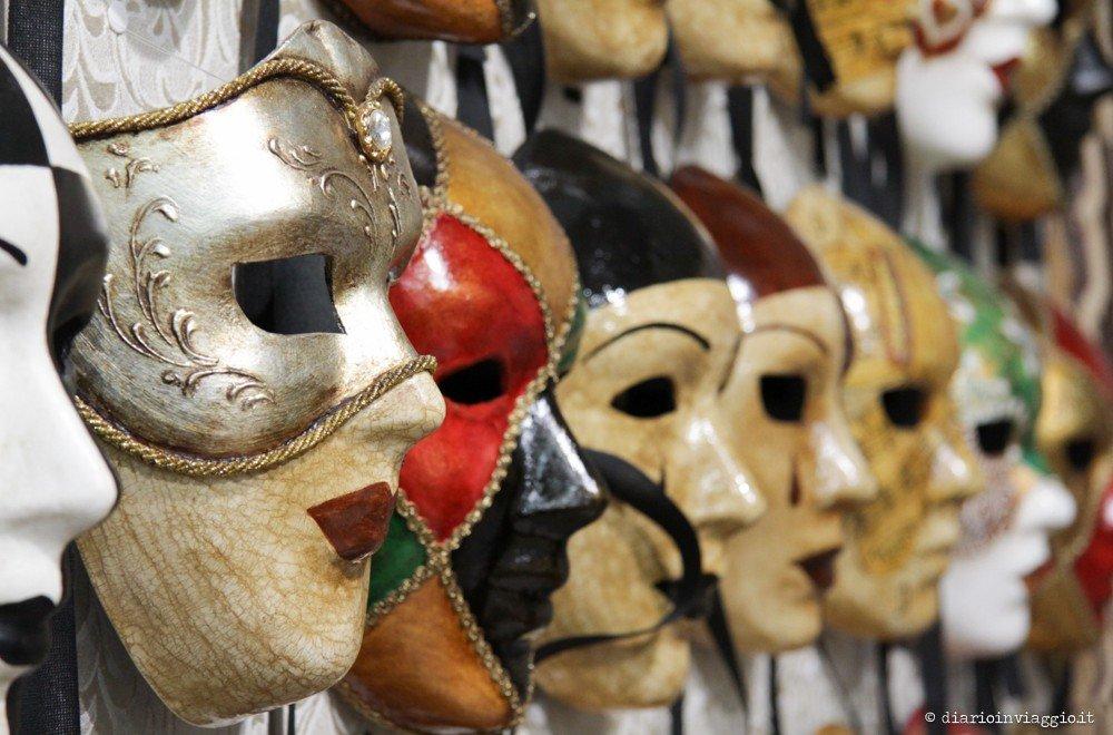 a piedi a cerca l'autorizzazione rivenditore di vendita Laboratori di maschere artigianali a Venezia: come si fa una ...