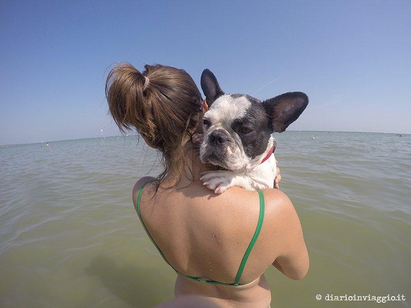 lola in spiaggia
