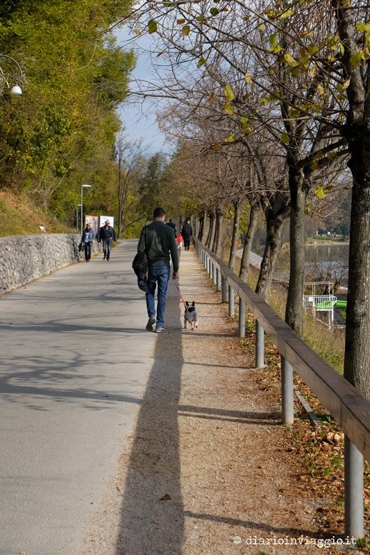 passeggiata attorno al lago