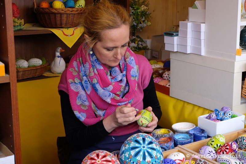 artisti decorano uova di pasqua Vienna