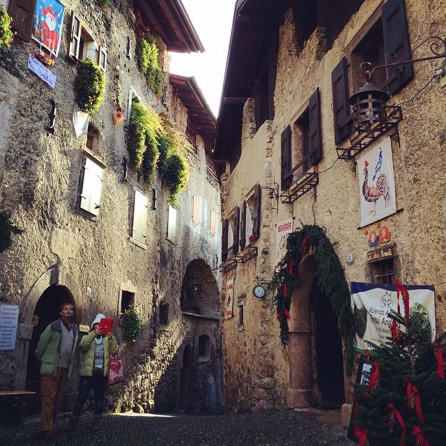 Annusare l'atmosfera natalizia in un vecchio borgo medievale