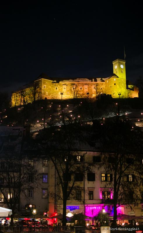 Il castello di Lubiana illuminato la sera