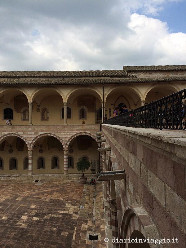 Il chiostro esterno della Basilica di San Francesco
