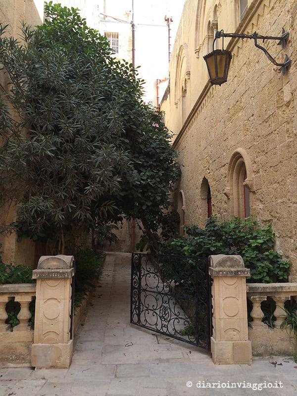 Un cancello aperto a Mdina, chissà dove condurrà...
