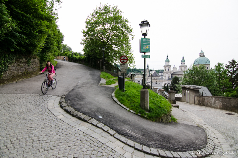 Scendendo dalla fortezza Hoehensalzburg