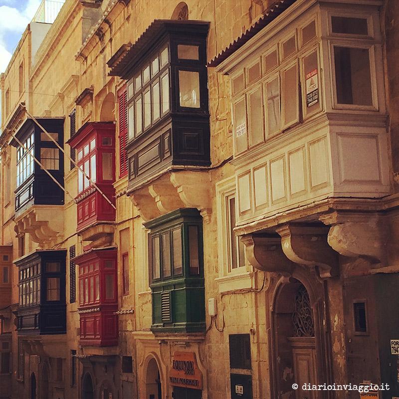 Le classiche finestre di legno a La Valletta, Malta