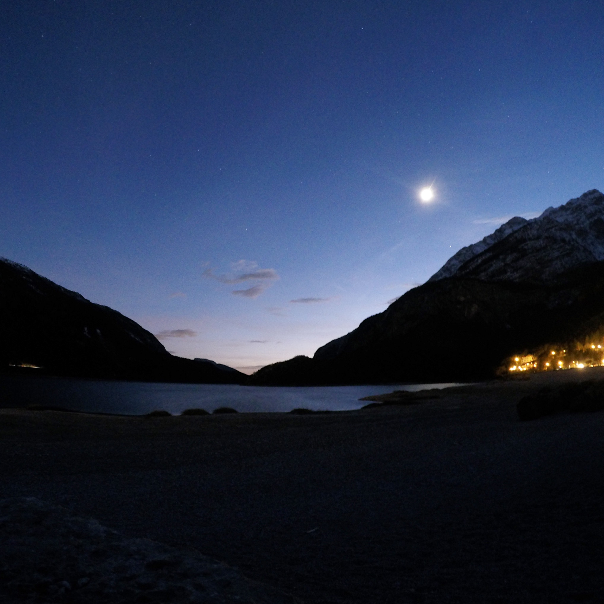 In Trentino, un Lago di Molveno illuminato dalla luna