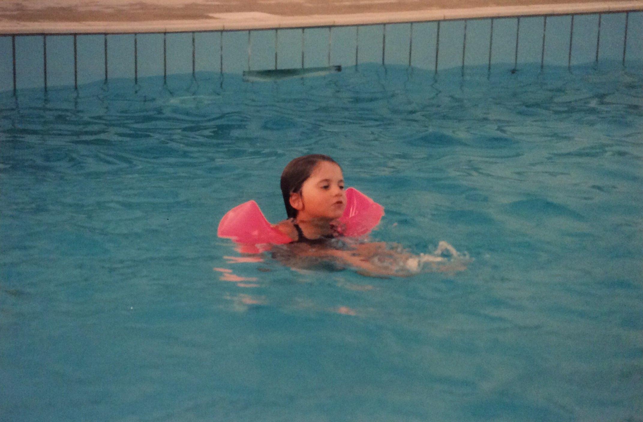 Io da piccola in piscina a Lignano