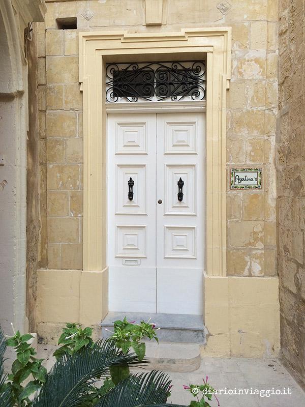 Porta candida di un'abitazione a Mdina, Malta