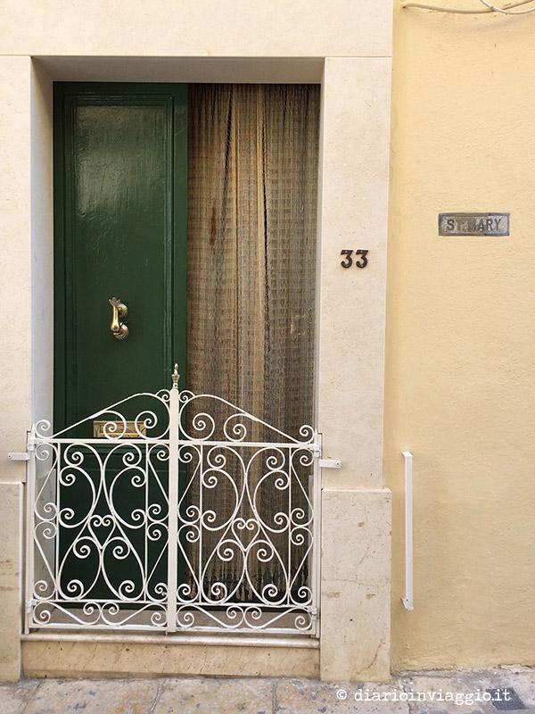 Porte e cancelli con ghirigori a Victoria, Gozo