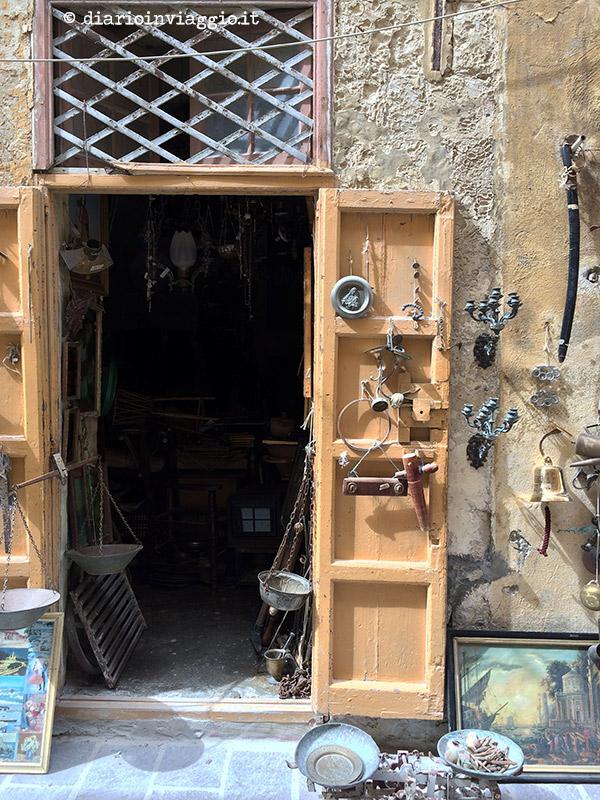 L'ingresso ad un negozietto di chicaglierie ed antichità a Victoria, Gozo