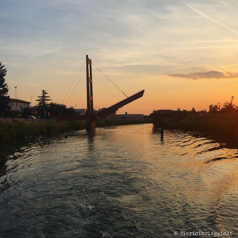 Tramonto sul fiume Lemene dalla barca