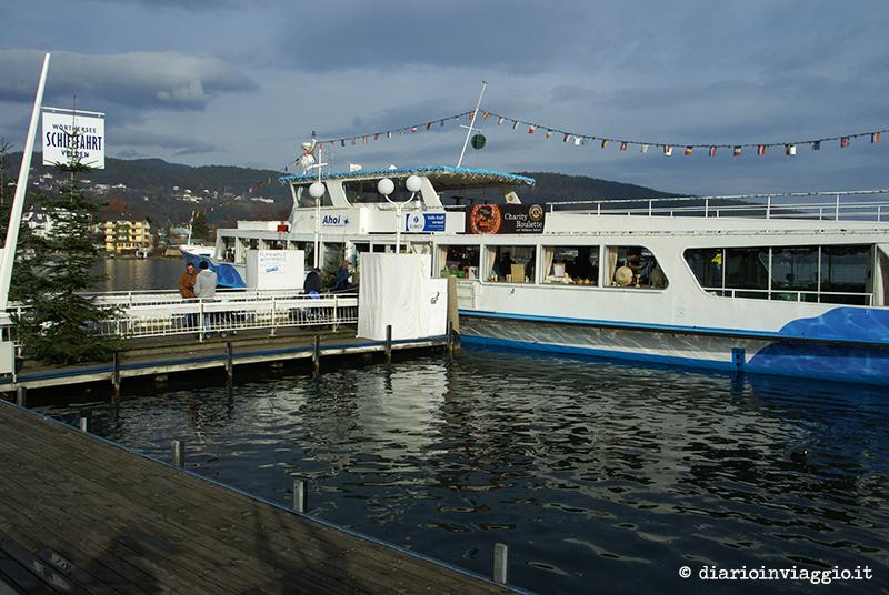 Mercatini nella barca galleggiante a Velden